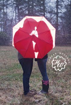 Rainy day engagement photos can be extra romantic! Photography by www.hannahwoodardphotography.com #wedding #engagement