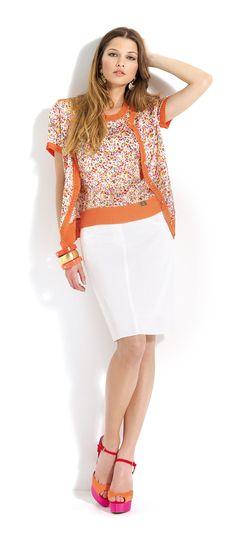 Blusa y rebeca de manga corta de estampado floral con falda blanca  #white #skirt #midi #flowers #cardigan