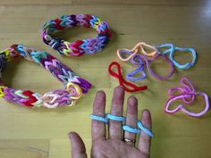 finger weaving – Art & Creativity in Early Childhood Education Weaving For Kids, Weaving Art, Loom Weaving, Finger Knitting, Loom Knitting, Knitting Patterns, Scarf Patterns, Knitting Tutorials, Free Knitting
