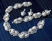Articoli simili a 3 in 1 Margaret Tatted fibra Set collana bracciale orecchini pizzo in rilievo chiacchierino perla gioielli Ankars di DASH Art Studio su Etsy