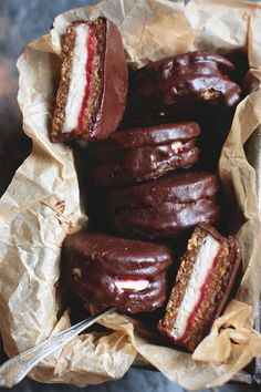 Healthy Desserts Ideas : Illustration Description Raw, vegan Wagon Wheels with a deliciously oat biscuit, melt-in-the-mouth vanilla coconut butter cream, raspberry chia jam and a rich chocolate coating. -Read More – Healthy Vegan Dessert, Raw Vegan Desserts, Vegan Treats, Raw Food Recipes, Dessert Recipes, Baking Recipes, Vegan Raw, Diet Desserts, Dessert Ideas