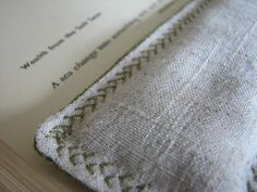 this is so clever ! it keeps your book wide open + leave your hands free !