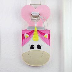 Coole Geschenkidee & ein MUSS für Einhorn-Fans: Mit unserem kostenlosen Schnittmuster kannst du eine zauberhafte Handyladetasche nähen, im Einhorn-Design!