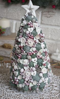 Christmas Arts And Crafts, Handmade Christmas Tree, Handmade Christmas Decorations, Christmas Minis, Christmas 2019, Holiday Crafts, Christmas Holidays, Christmas Ornaments, Pine Cone Decorations
