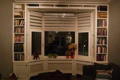 radiator ombouw en schitterende boekenkast.