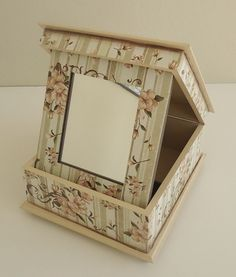 Além de sua maquiagem ficar organizada nesta caixa linda, você faz o make rapidinho neste espelho, com tudo à mão! Caixa em mdf com espelho. Decorada com decoupage Flores. Com 12 divisões para batons e mais 2 espaços maiores para organizar: sombras, pó, bases, lápis, pinceis, etc. Cores bege e marrom. Com detalhes de listras, quadrinho, pérolas e arabescos na tampa. Acabamento em verniz para proteger a caixa! Possui pesinhos em metal. Medidas: 11,5cm de altura (sem contar os ...