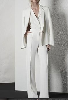 Another great style - all white outfit with the dramatic effect of the coat over the shoulders. Another great style - all white outfit with the dramatic effect of the coat over… White Fashion, Look Fashion, Fashion Outfits, Womens Fashion, Fashion Trends, Street Fashion, Curvy Fashion, Korean Fashion, Autumn Fashion
