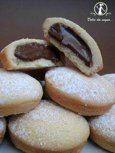 Oggi ho preparato dei deliziosi biscotti con crema di nocciole, visto il grande successo riscontrato dai biscotti con crema al limone. Abbandonatevi anche