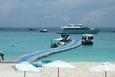 Tapis flottant sur la mer d'Andaman ou débarquement et embarquement sur Koh Racha, Thaïlande: III