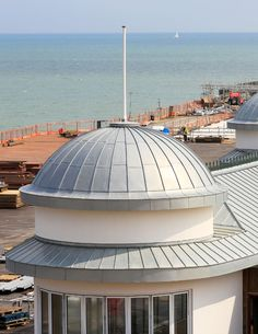 Hastings Pier, East Sussex (UK) by De Rijke Marsh Morgan Architects (DRMM) Installer : Roles Broderick Roofing, Copyright : Paul Kozlowski  #NaturalZinc #Architecture #PublicBuilding #Roofing #UK #Zinc #VMZINC #Project #StandingSeam