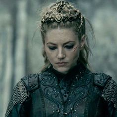 I don't like the way Lagertha's fall from grace was handled. Still looks badass . - I don't like the way Lagertha's fall from grace was handled. Still looks badass though! Sons Of Ragnar, King Ragnar, Vikings Tv Series, Vikings Tv Show, Ragnar Lothbrok, Lagertha Hair, Lagertha Costume, Larp, Viking Series
