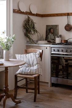 A peaceful kitchen in a bustling city - apartment inspiration - Apartment Inspiration, Home Decor Inspiration, Decor Ideas, Diy Ideas, Küchen Design, House Design, Interior Design, Interior Plants, French Interior