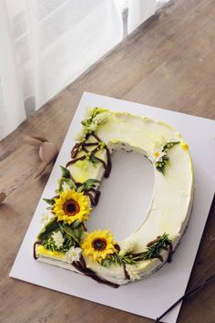 letter cake with bean paste flower, 2018 new trends Briefkuchen mit Bohnenpaste Blume, 2018 ne Pretty Cakes, Cute Cakes, Beautiful Cakes, Amazing Cakes, Buttercream Flowers, Buttercream Cake, Cake Trends 2018, Alphabet Cake, Cake Lettering