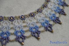 Natalie S Perlen: Im Stil von Saraguro Beaded Collar, Beaded Lace, Beaded Jewelry, Beaded Necklace, Beaded Bracelets, Necklaces, Jewelry Patterns, Beading Patterns, Beading Tutorials