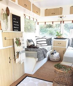 Terrific Cost-Free Vintage Caravans holiday Suggestions Is the caravan all of substance, simply no type? This is at this moment to upgrade your interior. This has been clinica Trailers Camping, Travel Trailers, Trailer Tent, Camper Trailers, Camping Con Glamour, Luxury Campers, Caravan Holiday, Caravan Makeover, Campervan Interior