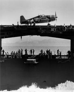 Starboard side view of the aircraft carrier Yorktown with a Hellcat fighter on the flight deck above the athwartship hangar deck catapult. Navy Aircraft, Ww2 Aircraft, Aircraft Carrier, Military Aircraft, Grumman Aircraft, Essex Class, Grumman F6f Hellcat, Uss Yorktown, Pilot
