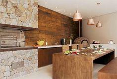 Painel de madeira e churrasqueira de pedra