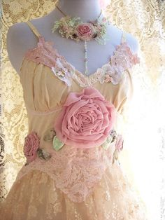 Shabby Chic Dress - Ana Rosa lace and flowers in Yellow and Pink Vestidos Vintage, Vintage Dresses, Vintage Outfits, Vintage Fashion, Tea Dresses, Lace Dresses, Look Vintage, Vintage Lace, Shabby Vintage