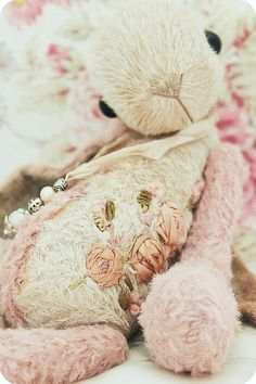 Hoppity ~ just adore this sweet bunny, beautiful hand made flowers, such a lovely touch~❥