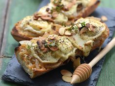Bruschetta with goat cheese, honey and almonds - - Amazing Foods Menu Recipes Clean Eating Snacks, Healthy Snacks, Healthy Recipes, Lunch Recipes, Bruchetta Recipe, Roasted Beet Salad, Roasted Tomatoes, Goat Cheese Recipes, Almond Recipes