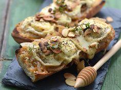 Découvrez la recette Bruschetta au chèvre, miel et amandes sur cuisineactuelle.fr.