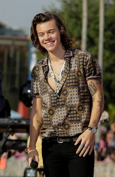 Read Harry Styles from the story One Direction Fakty {zawieszone} by with 114 reads. one, kocham, forever. One Direction Harry Styles, Harry Styles Shirt, Harry Styles Eyes, Harry Styles Cute, Harry Styles Pictures, Harry Edward Styles, Harry Styles 2015, Harry Styles With Baby, Harry Styles Dimples