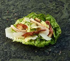 Der Caesar-Salad muss nicht nur vegetarisch sein - mit Poulet und Speck eine perfekte Mahlzeit für warme Tage!