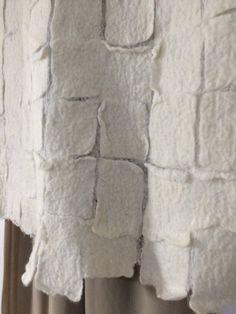 Donne bianche, lana infeltrita camicetta. Si può indossare con leggera seta e chiffon. Camicetta di lana infeltrito fatta da cotone e la lana merino più fine e morbido. Molto piacevole e lusso per la pelle, non si vuole togliere questo bel pezzo! Indumenti di lana infeltrita forniscono eccellente termoregolazione attiva alla pelle di respirare. Va bene indossare durante il giorno o di notte. Realizzati con la tecnica di infeltrimento caldo. Completamente a mano, senza cuciture. Design...