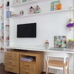 A marcenaria linda, leve e branca do quarto de Rafa. Projeto de @marcellabacellar e @renatalemosarquitetura. Foto de @mca_estudio . #natoca #natocadesign #instakids #kidsdecor #instadecor #kidsroom #quartodemenina #decor #mesadeestudos