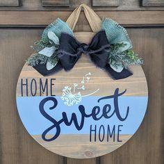 Wooden Door Signs, Diy Wood Signs, Wooden Door Hangers, Wood Crafts, Diy Crafts, Welcome Signs Front Door, Circle Crafts, Wood Wreath, Pizza Pan