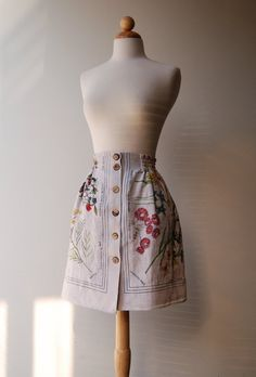 """Upcycled Linen Tablecloth Skirt for an Adult, with pockets, one of a kind: """"Australian Flowers"""" theme Diy Fashion, Vintage Fashion, Retro Fashion, Diy Clothes Videos, Diy Clothing, Recycled Clothing, Linen Tablecloth, Dressmaking, Upcycle"""
