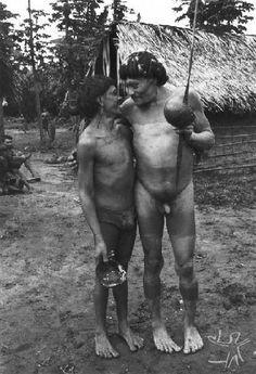 """Foto: Eduardo Viveiros de Castro, 1982. A marca característica da relação apihi-pihã é a """"alegria"""": tori. Os apihi-pihã (amigos de mesmo sexo) mantêm um convívio de camaradagem jocosa, sem nenhuma conotação agressiva; eles oyo mo-ori, """"alegram-se reciprocamente"""": estão sempre abraçados, são companheiros assíduos na mata, usam livremente dos bens do outro."""