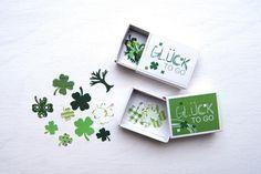 *GLÜCK to go als MitSCHICKsel*  Kleine Streichholzschachtel gefüllt mit Kleeblättern aus verschiedenen Papiersorten in Grün gestanzt ... :-)  Eine super süße IDEE als MitSCHICKsel oder...
