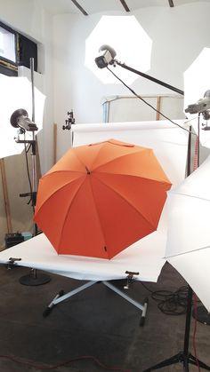 Suspence... le petit dernier de la gamme tradition est en préparation dans le studio photo. Le parapluie de berger coloris orange, un véritable coup de peps les jours de pluie. https://www.piganiol.fr/18-parapluie-de-berger #Maisonpiganiol #parapluie