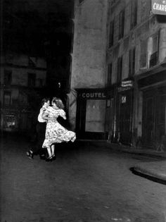 Dancing in a street in Paris, by Robert Doisneau. Robert Doisneau, Documentary Photographers, French Photographers, Vintage Photography, Street Photography, Urban Photography, Color Photography, Old Photos, Vintage Photos