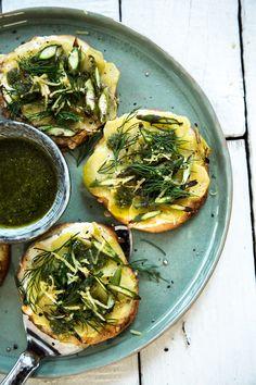 Kleine Stückechen Grüner Spargel als Mini-Pizza. Gewürzt mit Dill und Zitrone.