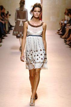 Alberta Ferretti Spring 2006 Ready-to-Wear Collection - Vogue Izabel Goulart, Alberta Ferretti, Fashion Show, Fashion Design, Modern Luxury, Ready To Wear, Runway, Vogue, Spring Summer
