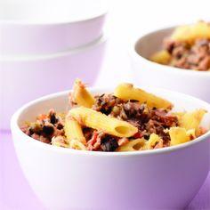 Pasta geht immer, finden wir! Das gilt insbesondere für Rezepte, bei der die Dauer der Saucen-Zubereitung mit dem Kochen der Nudeln identisch ist. Dieses Rezept aus dem Kochbuch Alles über Pasta ist darüber hinaus noch