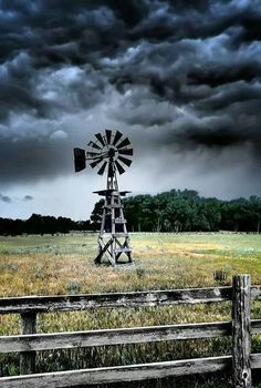 Storms a brewing ❤ Pretty Pictures, Cool Photos, Farm Windmill, Windmill Decor, Skier, Old Windmills, Fotografia Macro, Country Scenes, Water Tower