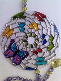 Mandala em CD - Motivo Infantil, possui transparência,colorida com verniz vitral e tinta relevo. R$ 25,00