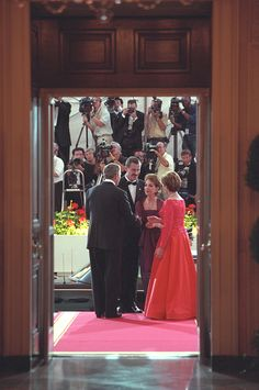 The photo features President George W. Bush and First Lady Laura Bush greeting Mexican President Vicente Fox and his wife Martha Sahagun de Fox at the North Portico of the White House.
