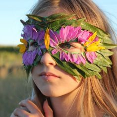 Make a mask using natural materials such as leafs and flowers! Diy Nature, Nature Crafts, Kids Crafts, Summer Crafts, Nature Activities, Craft Activities, Diy Halloween, Halloween Masks, Diy With Kids