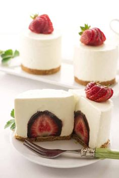 A chocolate covered strawberry inside a mini cheesecake. This is an impressive dessert. #nobakecheesecake #strawberrycheesecake #minicheesecake #dessert #savorthebest
