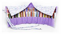 Estojo porta lápis feito em tecido de algodão, com 34 divisórias de aproximadamente 4 cm cada, ideal para acomodar 119 lápis de cor: 68 lápis na fileira de cima e 51 lápis na fileira de baixo. Para fechar é só enrolar e amarrar, uma fofura e super útil! <br>**OS LÁPIS NÃO ACOMPANHAM O ESTOJO <br> <br>ATENÇÃO: <br>*As estampas das fotos podem não estar mais disponíveis. Para ver as opções de estampa clique abaixo em: mostruário de estampas, tecidos e cores, ou entre em contato! <br>**Você…