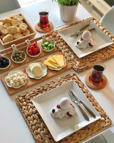 Breakfast Presentation, Food Presentation, Dining Table Decor Everyday, Cute Breakfast Ideas, Breakfast Table Setting, Party Food Platters, Charcuterie And Cheese Board, Food Carving, Ramadan Recipes