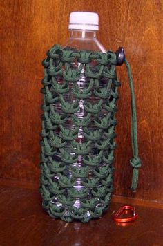 Paracord pouch for a liter water bottle Paracord Tutorial, Paracord Knots, Paracord Bracelets, Bracelet Tutorial, Knot Bracelets, Survival Bracelets, Survival Knots, Water Bottle Holders, Bottle Bottle