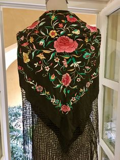 Antiguo mantoncillo ala de mosca bordado en colores #antigüedades #antiques #mantones #feria #flamenca #sevilla #gitana Textiles, Chinese Embroidery, Folk Costume, Chinese Painting, Types Of Art, Horns, Shawl, Ivory, Sweater