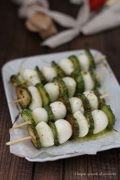 (ok)spiedini zucchine e mozzarella Finger Food Appetizers, Finger Foods, Appetizer Recipes, Vegetable Recipes, Vegetarian Recipes, Healthy Recipes, Hotdish Recipes, Antipasto, Snacks