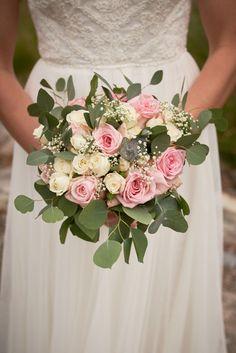 Detaljbilde av Kari sin brudebukett. Bryllupsfotografering ved Isesjø i Sarpsborg  #sarpsborg #bryllupsfotografsarpsborg #detaljer Studios, Fine Art, Wedding Dresses, Lantern, Lily, Creative, Bride Dresses, Bridal Gowns, Weeding Dresses