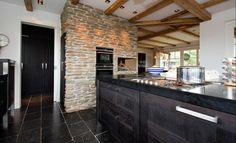 Steenstrips Blumone hebben langwerpige vormen en passen bij landelijk maar ook modern wonen. Ideaal voor wandbekleding in kamer, slaapkamer of buitengevel. De sfeer van gestapelde Leistenen!